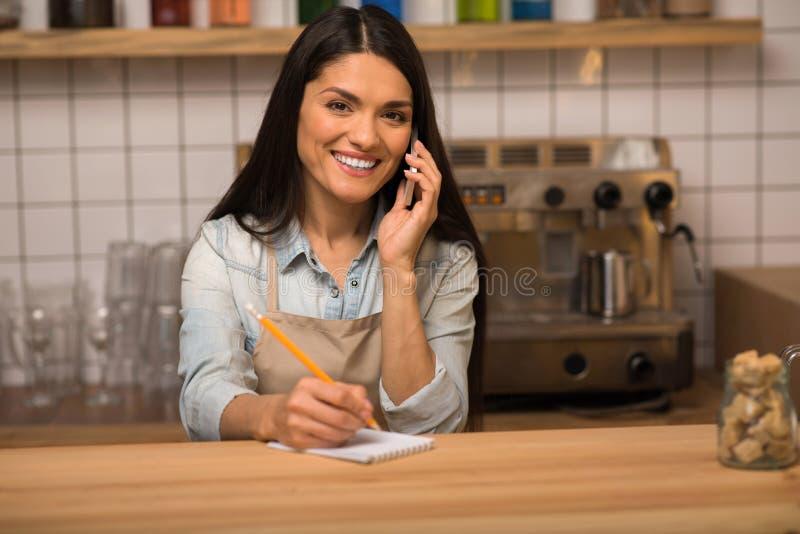 Ιδιοκτήτης καφέδων που μιλά στο smartphone στοκ εικόνες
