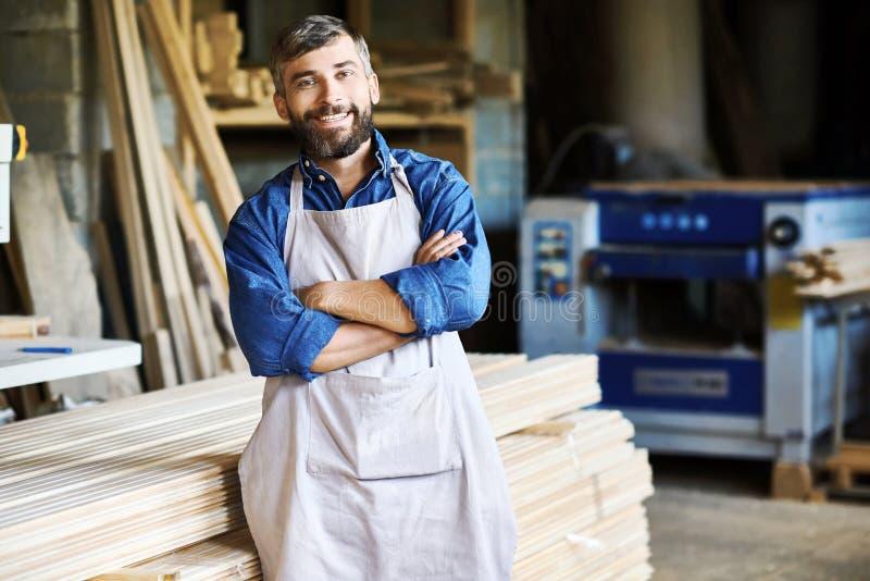 Ιδιοκτήτης ξυλουργικής στο εργαστήριο στοκ εικόνα με δικαίωμα ελεύθερης χρήσης
