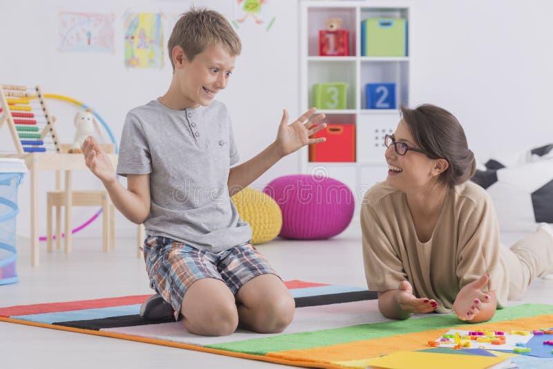 Ιδιωτικός δάσκαλος που συνεργάζεται με το παιδί στοκ εικόνες