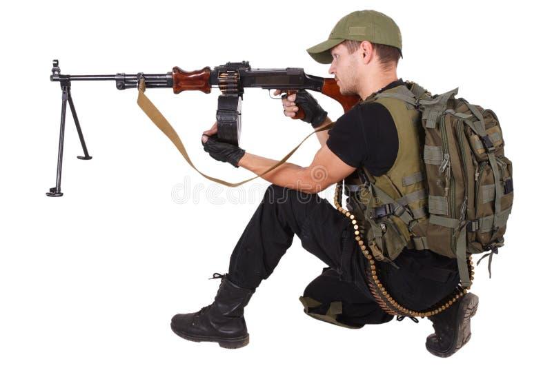 Ιδιωτικός στρατιωτικός οπλίτης αναδόχων με το πολυβόλο RPD που απομονώνεται στο λευκό στοκ εικόνα με δικαίωμα ελεύθερης χρήσης