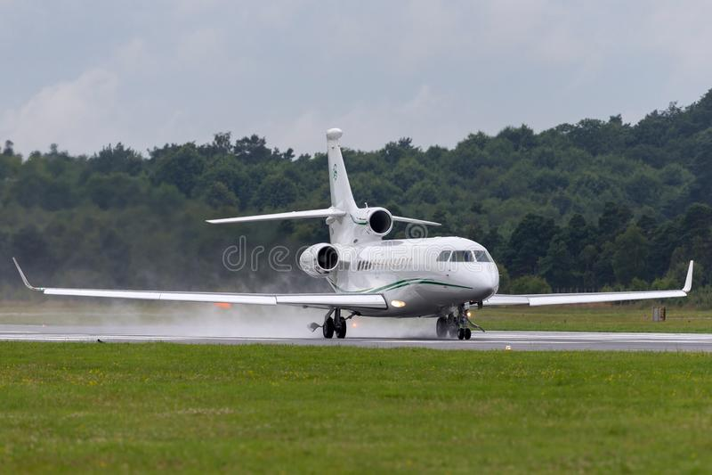 Ιδιωτικό αεριωθούμενο αεροπλάνο μ-ΚΈΛΤΗΣ γερακιών 7X Ντασσώ, που είναι κύριο από το Dermot Desmond, τον επιχειρηματία δισεκατομμυ στοκ φωτογραφίες με δικαίωμα ελεύθερης χρήσης