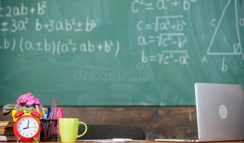 Ιδιότητες δασκάλων Συνθήκες εργασίας που οι ενδεχόμενοι δάσκαλοι πρέπει να εξετάσουν Ο πίνακας με το σχολείο παρέχει το ξυπνητήρι στοκ εικόνες