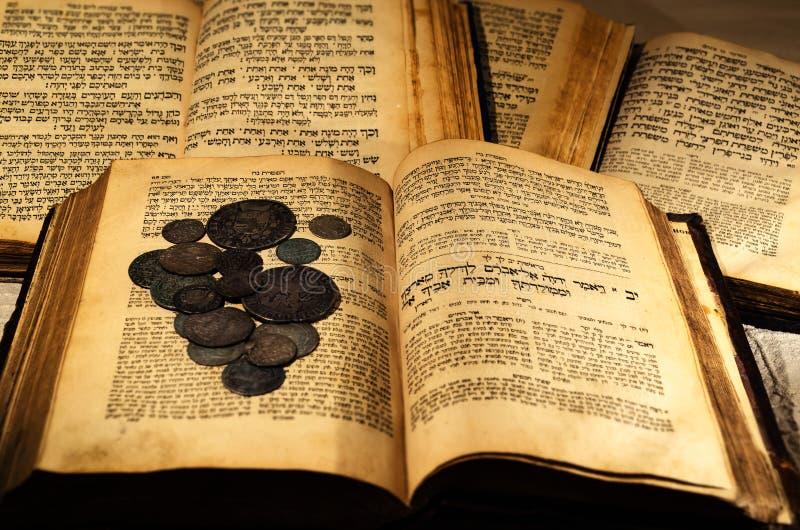 Ιερά παλαιά εβραϊκά βιβλία στοκ εικόνες
