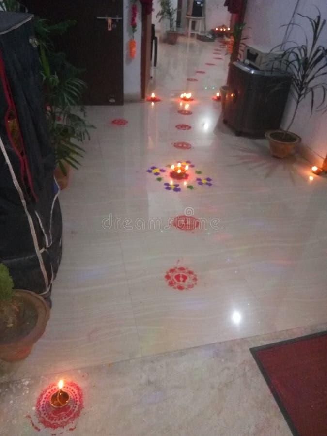 Ιερά σχέδια που σύρονται πέρα από το πάτωμα στην ευνοϊκά περίπτωση ή τα φεστιβάλ όπως το diwali στο οποίο τα φω'τα κρατήθηκαν μετ στοκ φωτογραφίες