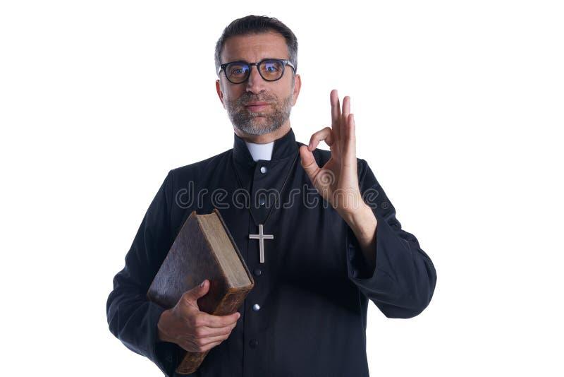 Ιερέας με το εντάξει σημάδι χεριών δάχτυλων στοκ φωτογραφίες με δικαίωμα ελεύθερης χρήσης