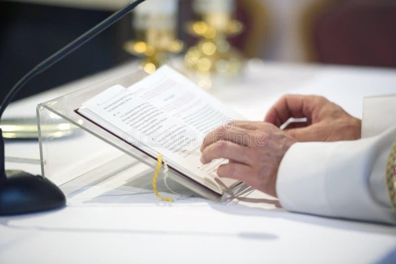 Ιερέας που διαβάζει μια Βίβλο στοκ εικόνα