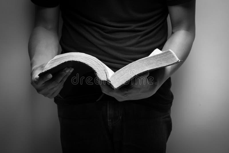 ιερή ανάγνωση ατόμων Βίβλων στοκ εικόνα