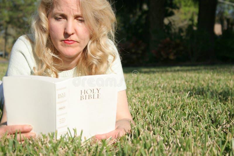 ιερή γυναίκα ανάγνωσης GR Βίβλων στοκ φωτογραφίες