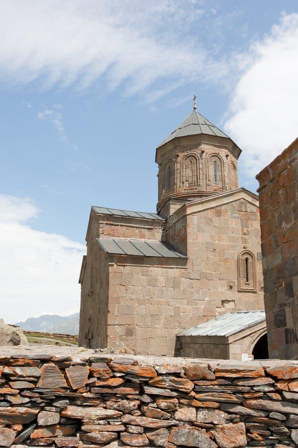 Ιερή εκκλησία τριάδας κοντά στο χωριό kazbegi-Gergeti στοκ φωτογραφίες
