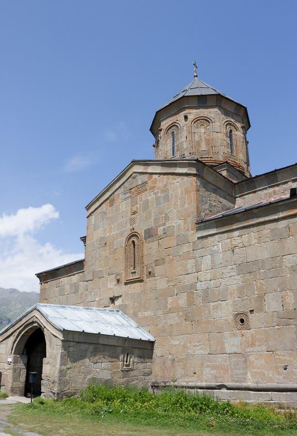 Ιερή εκκλησία τριάδας Sameba- Tsminda κοντά στο χωριό kazbegi-Gergeti στοκ εικόνα