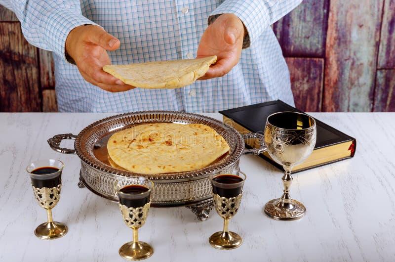 Ιερή κοινωνία στον ξύλινο πίνακα στην εκκλησία Φλυτζάνι του γυαλιού με το κόκκινο κρασί, προσευχή για το ψωμί στοκ φωτογραφίες