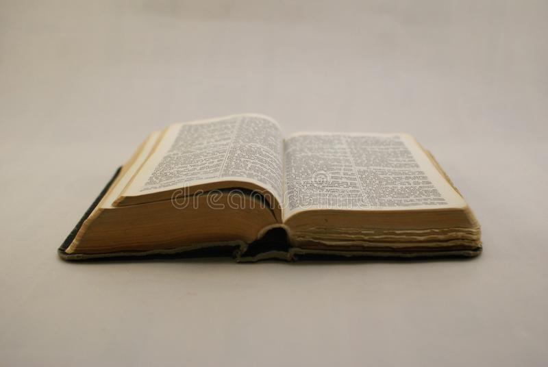 Ιερή τοποθέτηση Βίβλων που ανοίγουν στοκ φωτογραφίες με δικαίωμα ελεύθερης χρήσης