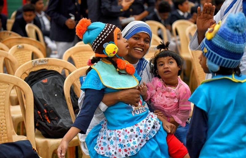 Ιεραπόστολοι της φιλανθρωπίας με τα ορφανά παιδιά στοκ φωτογραφία με δικαίωμα ελεύθερης χρήσης