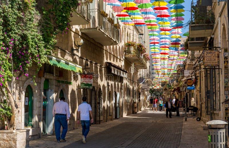 Ιερουσαλήμ, Ισραήλ, στις 5 Αυγούστου 2016 - Πολύχρωμες ομπρέλες επάνω από την οδό Yoel Moshe Salomon στην Ιερουσαλήμ, περιοχή Nac στοκ φωτογραφίες