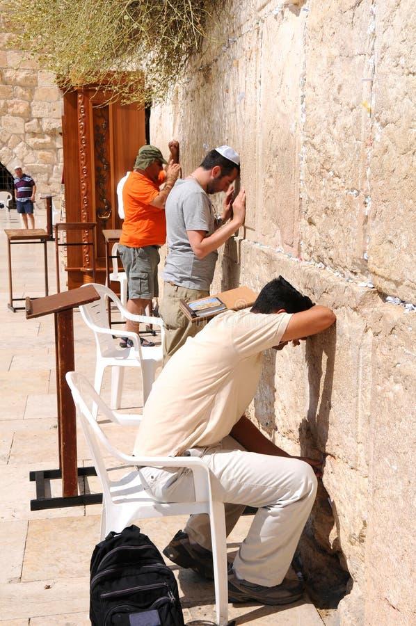 ΙΕΡΟΥΣΑΛΗΜ - 26 Αυγούστου: Οι Εβραίοι προσεύχονται στο δυτικό τοίχο στις 26 Αυγούστου 2010 στην Ιερουσαλήμ, Ισραήλ στοκ εικόνες με δικαίωμα ελεύθερης χρήσης