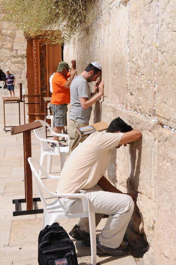 ΙΕΡΟΥΣΑΛΗΜ - 26 Αυγούστου: Οι Εβραίοι προσεύχονται στο δυτικό τοίχο στις 26 Αυγούστου 2010 στην Ιερουσαλήμ, Ισραήλ στοκ φωτογραφία με δικαίωμα ελεύθερης χρήσης