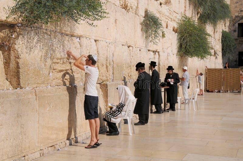 ΙΕΡΟΥΣΑΛΗΜ - 27 Ιουλίου: Οι Εβραίοι προσεύχονται στο δυτικό τοίχο στις 27 Ιουλίου 2012 στην Ιερουσαλήμ, Ισραήλ στοκ εικόνες