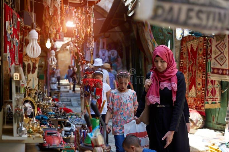 ΙΕΡΟΥΣΑΛΗΜ, ΙΣΡΑΗΛ - 25 Αυγούστου 2018: Παλαιστινιακοί ντόπιοι της Ιερουσαλήμ που ψωνίζει παραδοσιακό στο bazaar στο μουσουλμανικ στοκ εικόνες με δικαίωμα ελεύθερης χρήσης