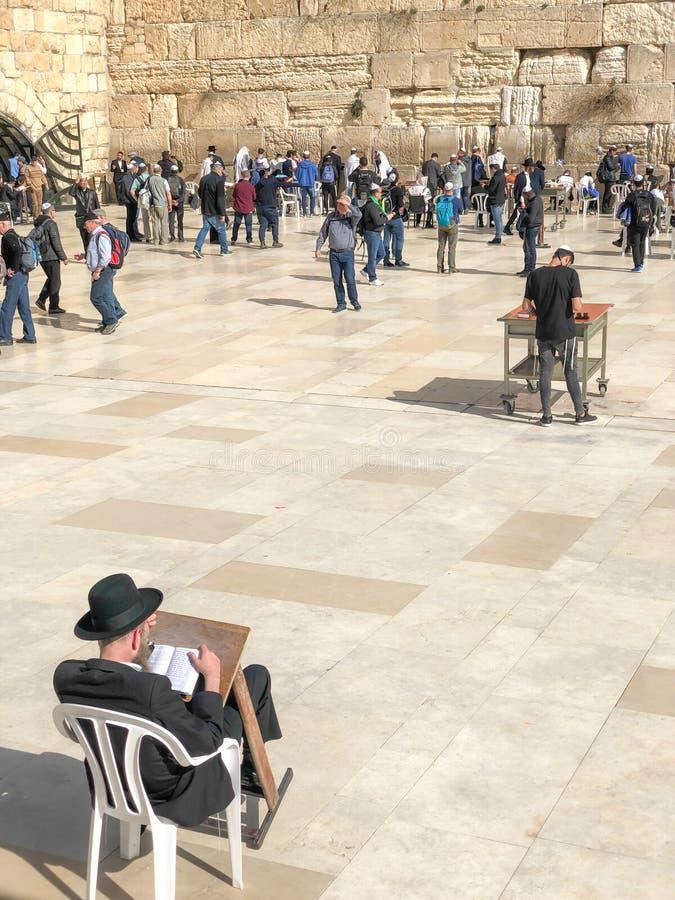 ΙΕΡΟΥΣΑΛΗΜ, ΙΣΡΑΗΛ - 22 ΙΑΝΟΥΑΡΊΟΥ 2019: Ο εβραϊκός προσκυνητής προσεύχεται στη συνεδρίαση τοίχων Wailing σε μια καρέκλα τοίχος δ στοκ φωτογραφία