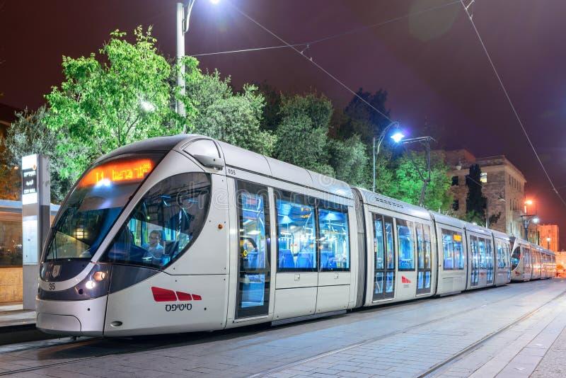 ΙΕΡΟΥΣΑΛΗΜ, ΙΣΡΑΗΛ - ΤΟΝ ΑΠΡΊΛΙΟ ΤΟΥ 2017: Σύγχρονο νέο τραμ στις οδούς της Ιερουσαλήμ τη νύχτα Ισραήλ Ιερουσαλήμ στοκ εικόνα με δικαίωμα ελεύθερης χρήσης