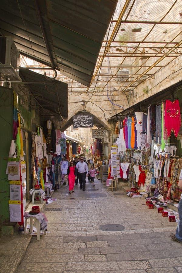 ΙΕΡΟΥΣΑΛΗΜ - 29.2013 Μαρτίου: Ανατολική αγορά στις στενές οδούς σε Jer στοκ εικόνα με δικαίωμα ελεύθερης χρήσης