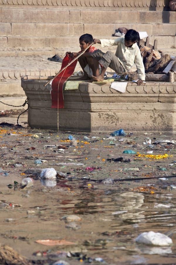 ιερός Ινδία ποταμός ρύπανση&s Εκδοτική Φωτογραφία