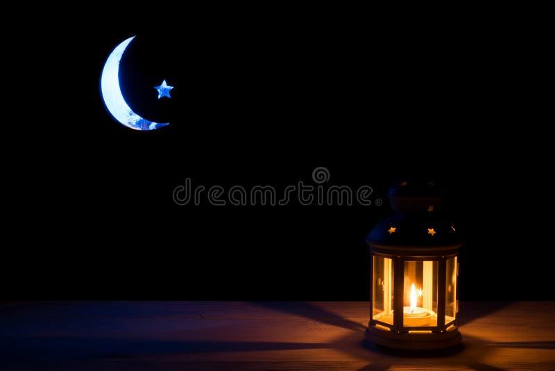 Ιερός μήνας Ramadan Kareem Υπόβαθρο με ένα λάμποντας φανάρι, ένα ημισεληνοειδή φεγγάρι και ένα αστέρι στοκ εικόνες