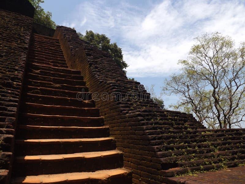 Ιερός ναός, κλιμακοστάσιο στον ουρανό, οι αρχαίες καταστροφές, μπλε ουρανός, πέτρες στοκ εικόνες με δικαίωμα ελεύθερης χρήσης