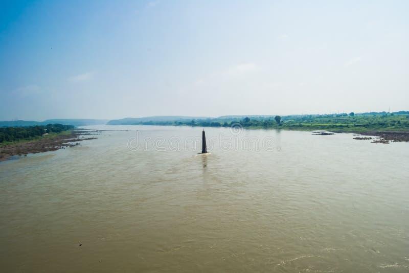Ιερός ποταμός Narmada και πύργος Ινδία λαμπτήρων στοκ φωτογραφία με δικαίωμα ελεύθερης χρήσης