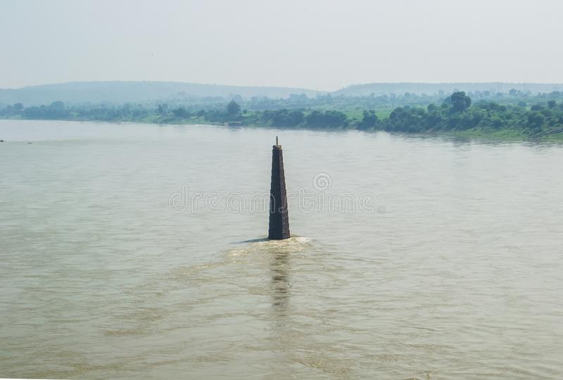 Ιερός ποταμός Narmada και πύργος Ινδία λαμπτήρων στοκ εικόνα με δικαίωμα ελεύθερης χρήσης