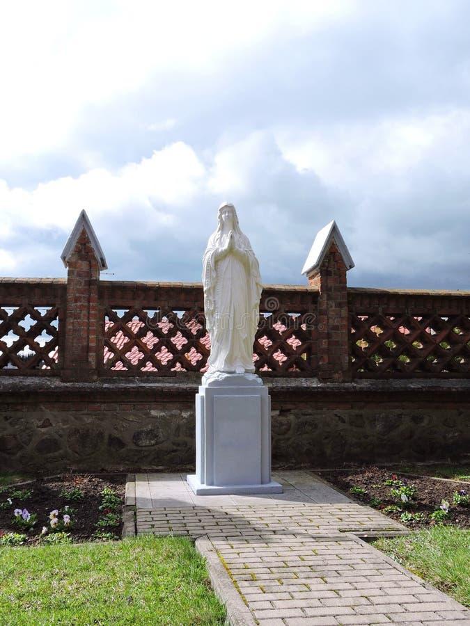 Ιερό άγαλμα της Mary στο ναυπηγείο πόλης εκκλησιών Sveksna, Λιθουανία, Λιθουανία στοκ φωτογραφίες με δικαίωμα ελεύθερης χρήσης