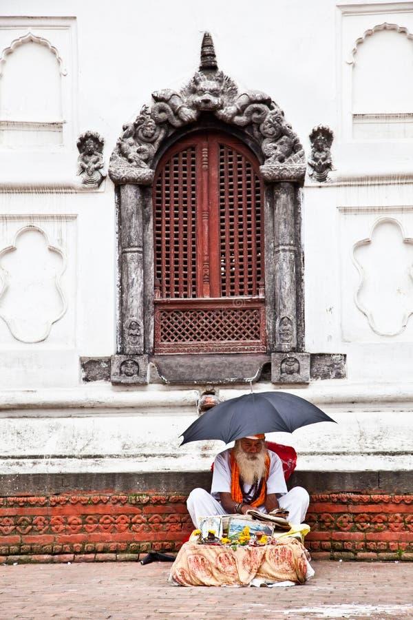 Ιερό άτομο Sadhu μπροστά από το ναό Rajrajeshwari στο Κατμαντού, ΝΕ στοκ φωτογραφία με δικαίωμα ελεύθερης χρήσης