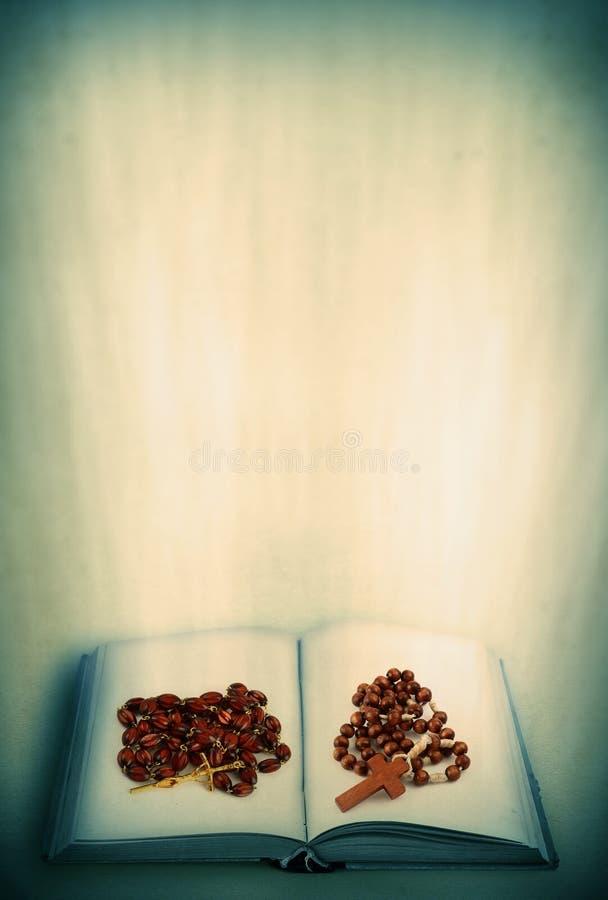 ιερό ανοικτό rosary βιβλίων στοκ εικόνα