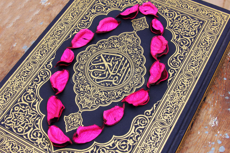 Ιερό βιβλίο Koran με τα φύλλα λουλουδιών στοκ φωτογραφία με δικαίωμα ελεύθερης χρήσης