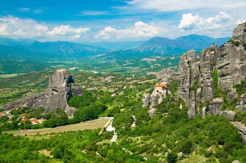 Ιερό μοναστήρι μοναστηριών Meteora του Άγιου Βασίλη Anapausas πάνω από το βράχο κοντά σε Kalabaka, Ελλάδα στοκ εικόνα με δικαίωμα ελεύθερης χρήσης