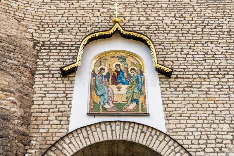 Ιερό μωσαϊκό τριάδας maingate του Pskov Κρεμλίνο ή του Pskov Krom, Ρωσία στοκ εικόνες με δικαίωμα ελεύθερης χρήσης