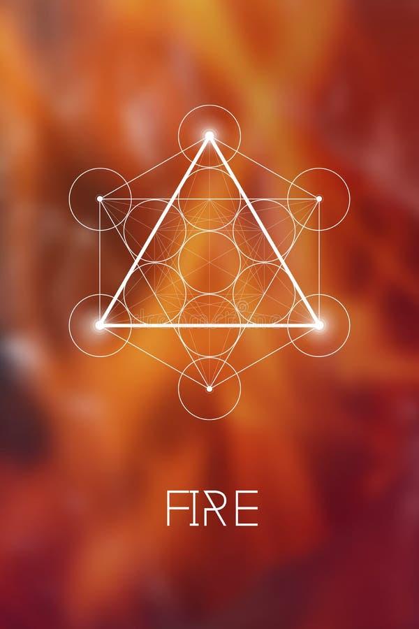 Ιερό σύμβολο στοιχείων πυρκαγιάς γεωμετρίας μέσα στον κύβο Metatron και το λουλούδι της ζωής μπροστά από το φυσικό μουτζουρωμένο  ελεύθερη απεικόνιση δικαιώματος