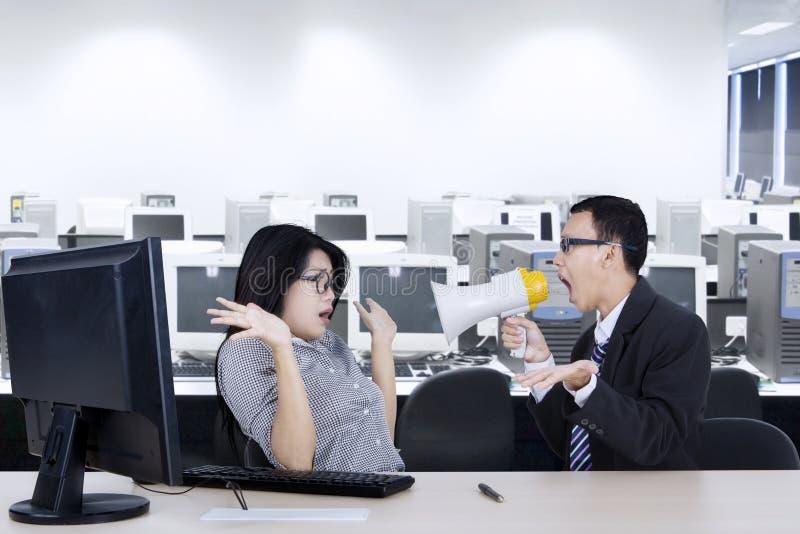 0 διευθυντής με το γραμματέα στον εργασιακό χώρο στοκ εικόνα με δικαίωμα ελεύθερης χρήσης