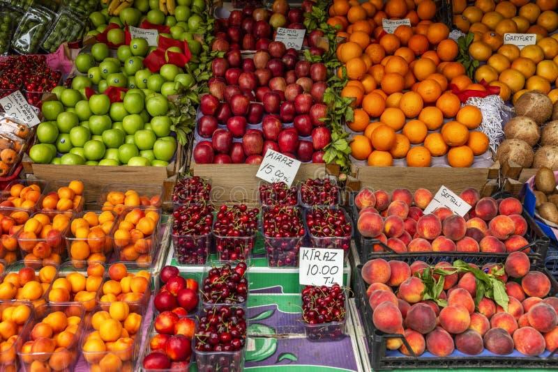 Ιζμίρ, Τουρκία, 05/20/2019: Σωρός των φρούτων στην αγορά E στοκ φωτογραφία με δικαίωμα ελεύθερης χρήσης