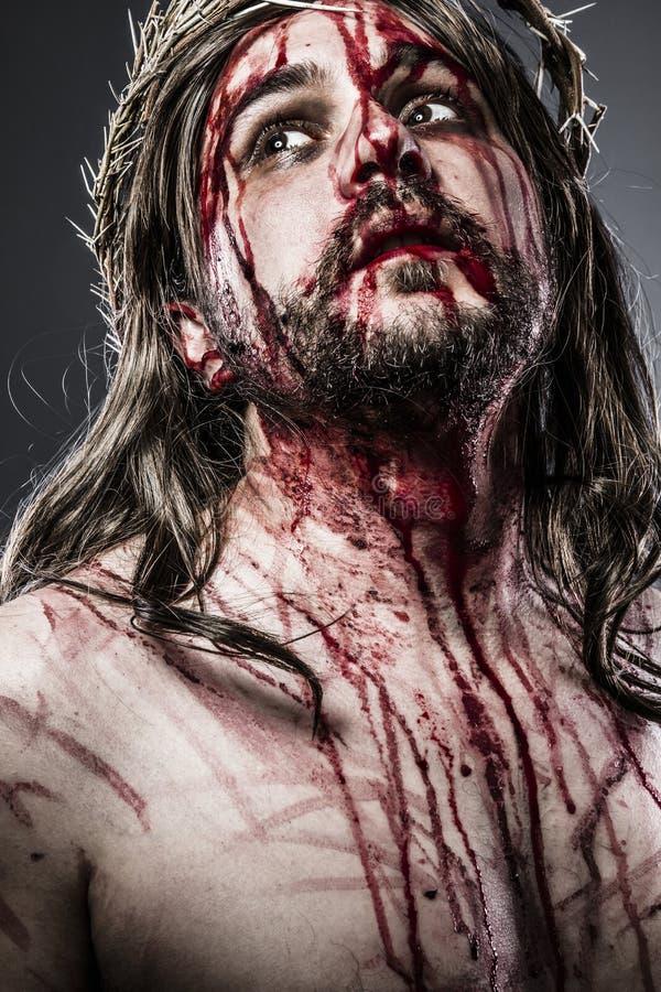Ιησούς Χριστός με την κορώνα του λευκού αγκαθιών στο σταυρό, Πάσχα μέσα στοκ εικόνες