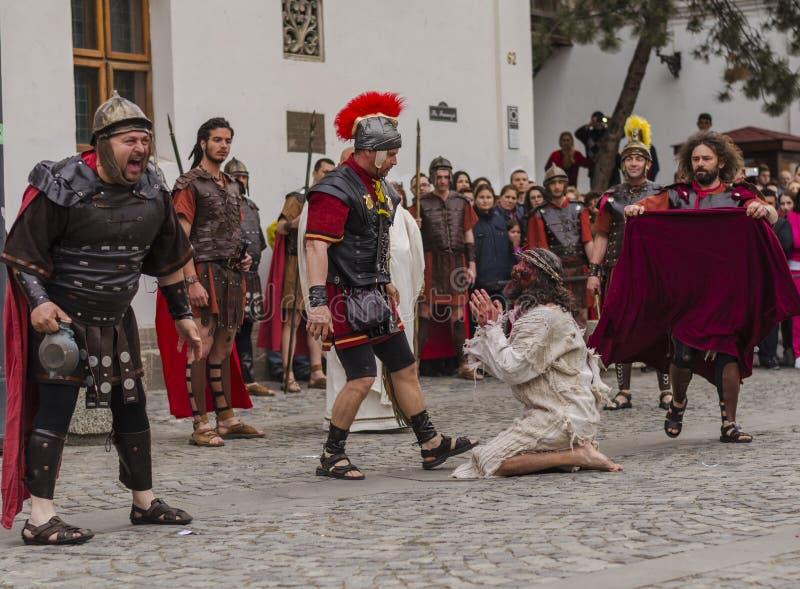 Ιησούς Χριστός που γονατίζει ενώπιον των ρωμαϊκών στρατιωτών στοκ εικόνα