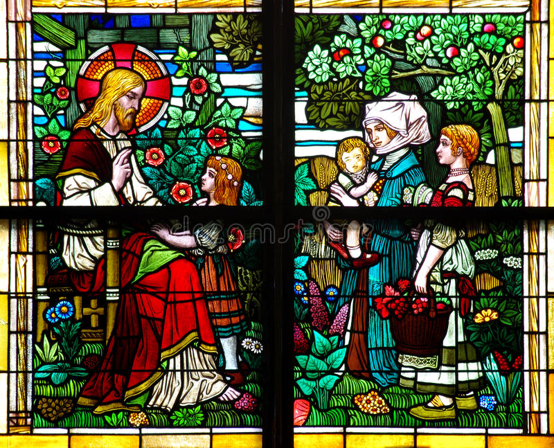 Ιησούς Χριστός που ευλογεί τα παιδιά (λεκιασμένο παράθυρο γυαλιού) στοκ εικόνες