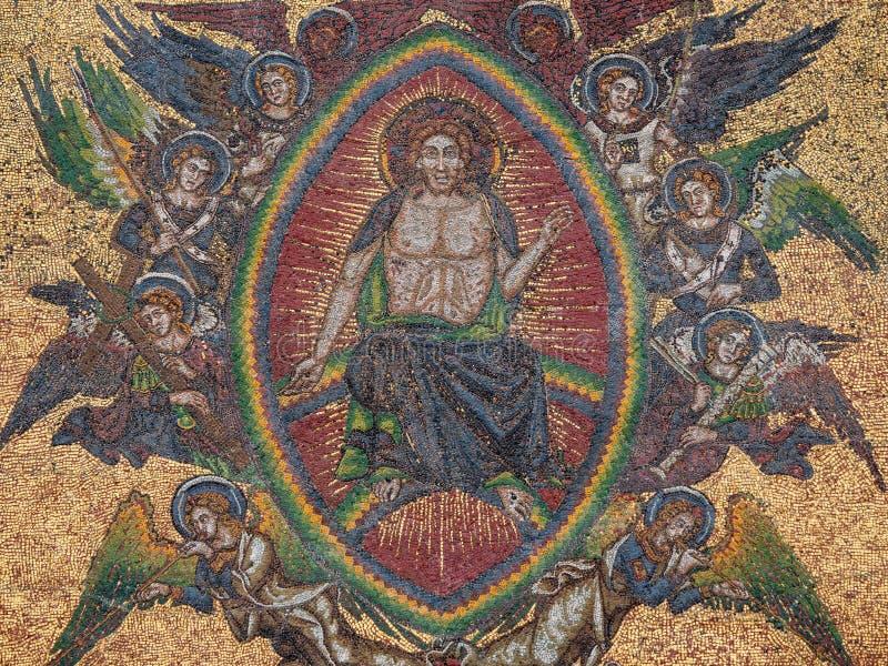Ιησούς Surrounded με τους αγγέλους μωσαϊκό της τελευταίας κρίσης στη χρυσή πύλη του καθεδρικού ναού Αγίου Vitus, λεπτομέρεια της  στοκ φωτογραφία