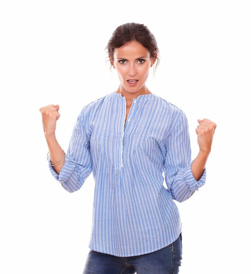 Ικανοποιημένη λατινική κυρία με τις κερδίζοντας πυγμές στοκ εικόνες