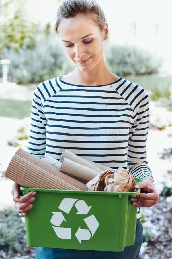 Ικανοποιημένη νοικοκυρά που χρησιμοποιεί το σύστημα ανακύκλωσης στοκ φωτογραφίες