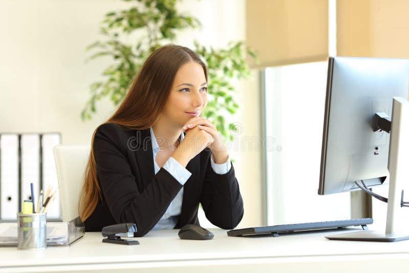Ικανοποιημένη περιεκτικότητα σε υπολογιστές προσοχής εργαζομένων γραφείων στοκ εικόνες