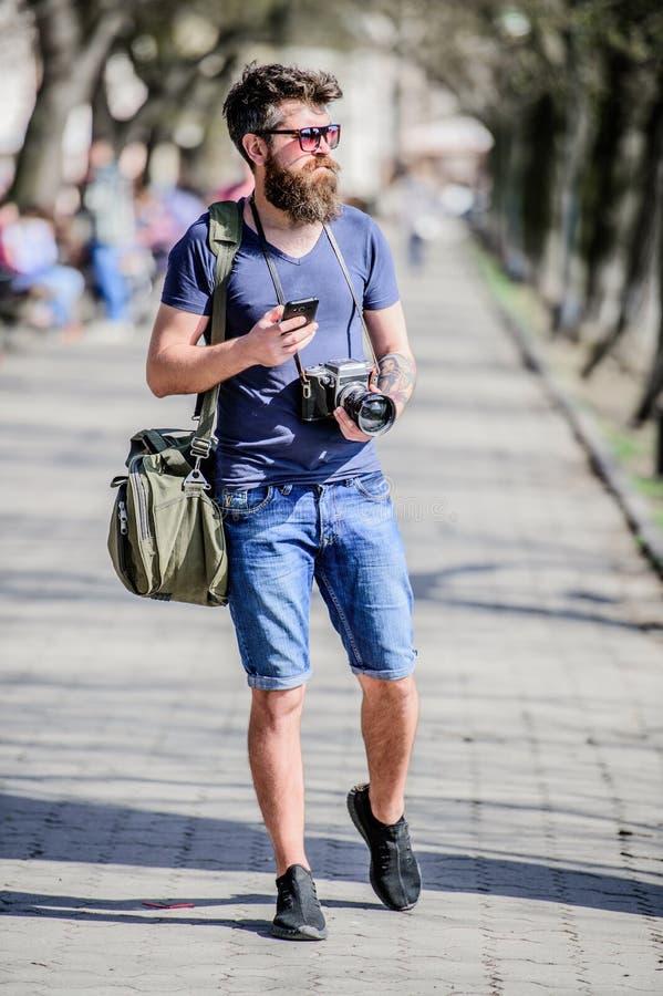 Ικανοποιημένος δημιουργός Γενειοφόρος φωτογράφος hipster ατόμων Παλαιός αλλά ακόμα καλός Εκλεκτής ποιότητας κάμερα λαβής φωτογράφ στοκ φωτογραφίες