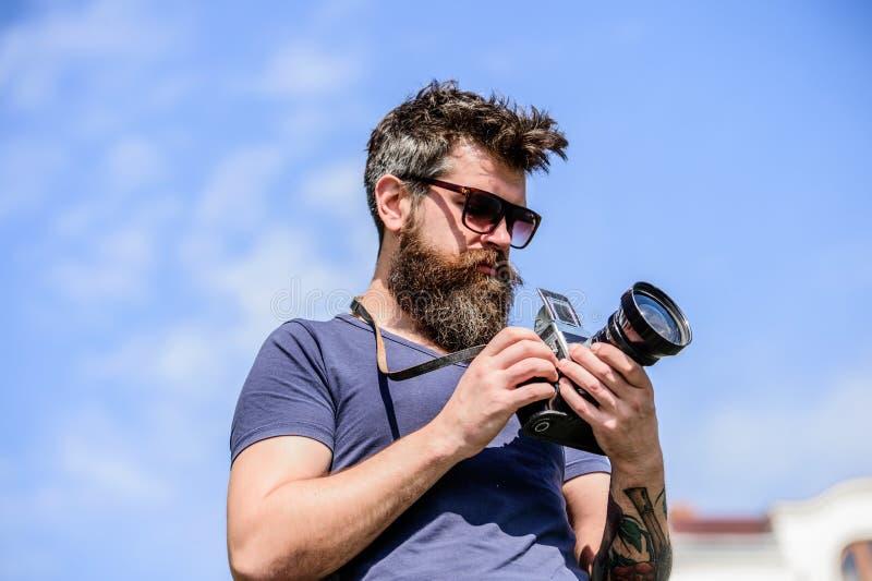 Ικανοποιημένος δημιουργός Γενειοφόρος φωτογράφος hipster ατόμων Φωτογραφίες πυροβολισμού ατόμων Παλαιός αλλά ακόμα καλός Χειρωνακ στοκ φωτογραφία με δικαίωμα ελεύθερης χρήσης