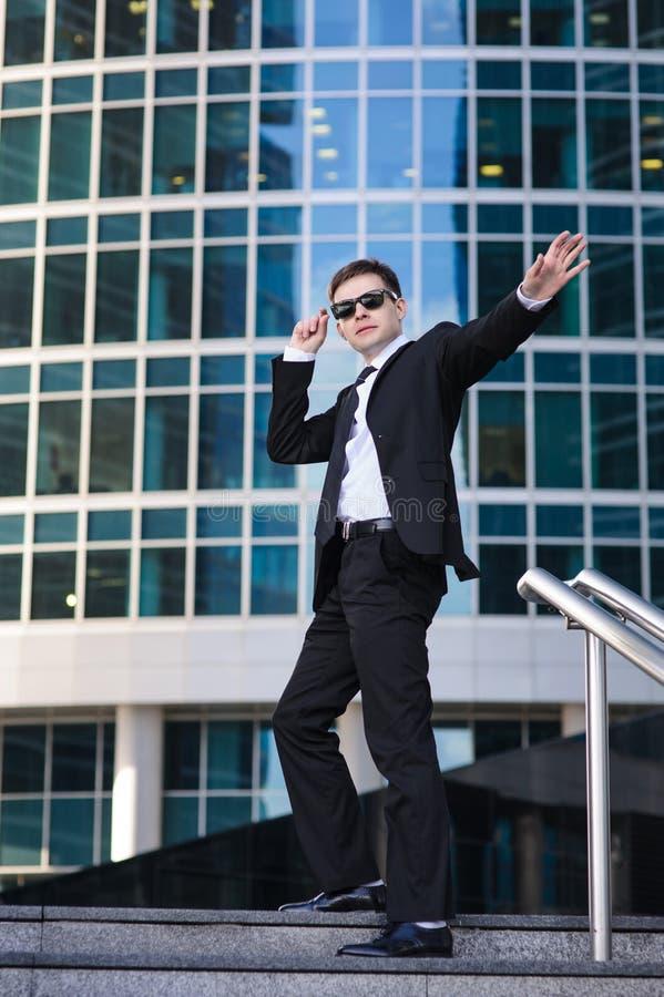Ικανοποιημένος επιχειρηματίας που κυματίζει το χέρι του, που στέκεται επάνω στοκ εικόνες με δικαίωμα ελεύθερης χρήσης