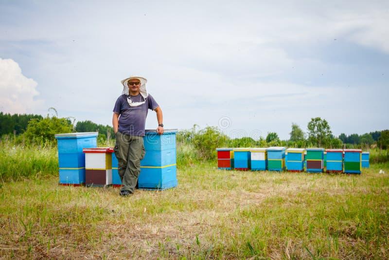 Ικανοποιημένος μελισσοκόμος με το μεγάλο χαμόγελο στοκ φωτογραφία με δικαίωμα ελεύθερης χρήσης